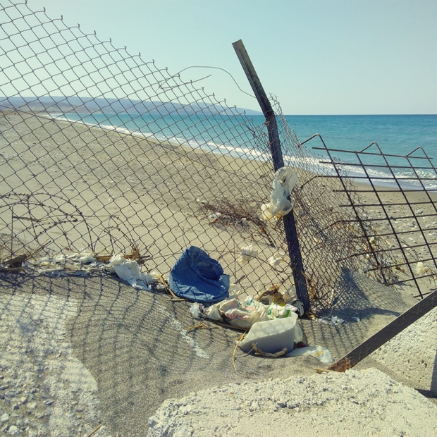 beach tourist_trash